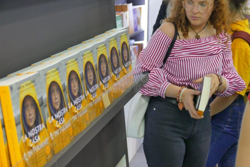 Szwedzki klimatu aktywista Greta Thunberg publikuje w Włochy książkę tłumaczącą jak «Nasz dom jest na płomieniu « obraz stock