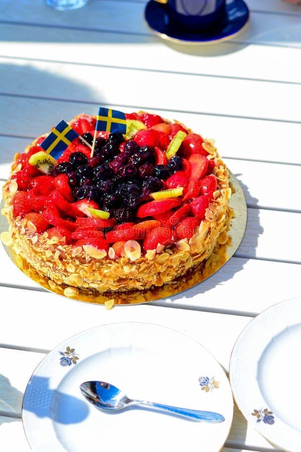 Szwedzki lato tort z śmietanką i truskawkami obraz stock