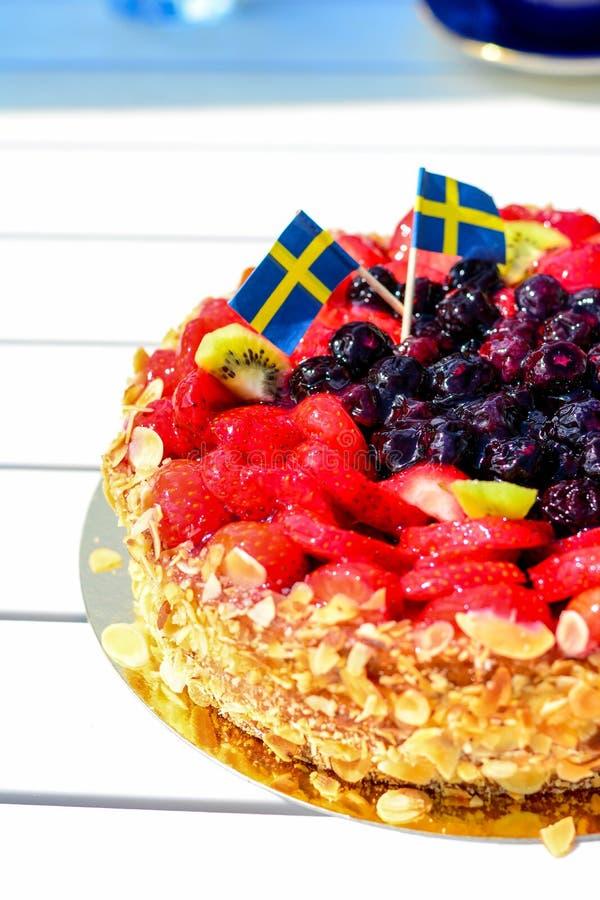 Szwedzki lato tort z śmietanką i truskawkami fotografia stock
