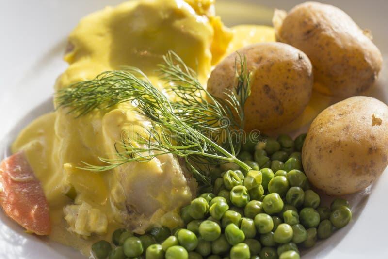 Szwedzki rybi posiłek z szafranowymi i nowymi grulami obrazy royalty free
