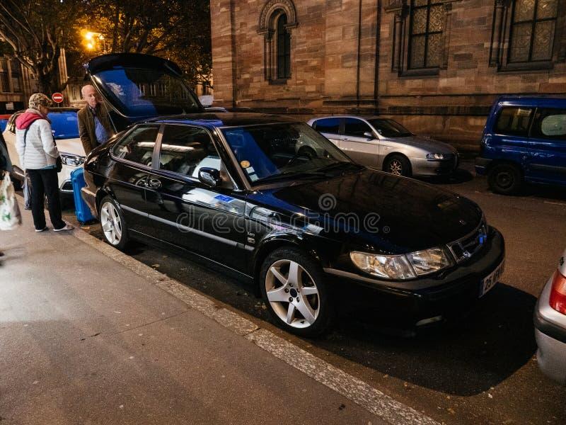 Szwedzki Saab Aero czarny samochód z starszej pary ładowniczym bagażnikiem fotografia royalty free