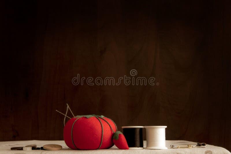 Szyć dostawy na stole wliczając pomidor szpilki poduszki, igły, nić, przyczepia i zapina; zdjęcia royalty free