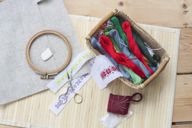 Szyć i ambroidery wykonujemy ręcznie zestaw, hafciarską nić w koszu i inny, narzędzia zdjęcie royalty free