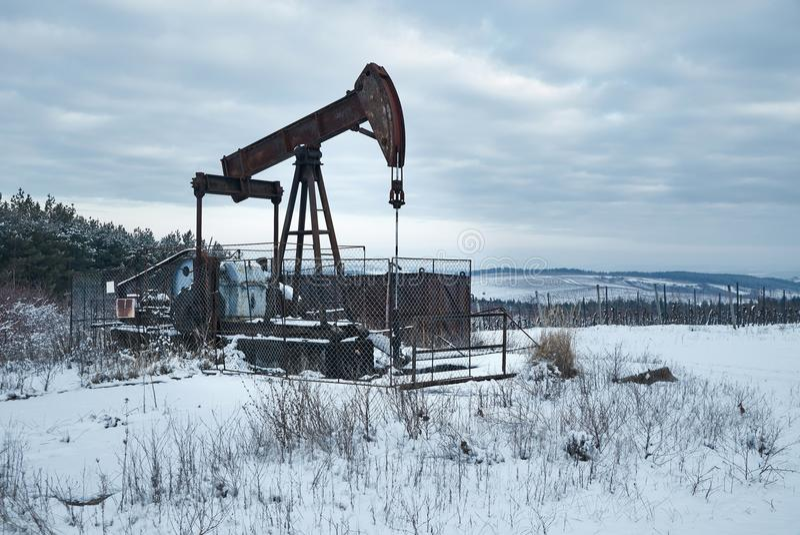 Szyb naftowy na zima krajobrazie zdjęcia stock
