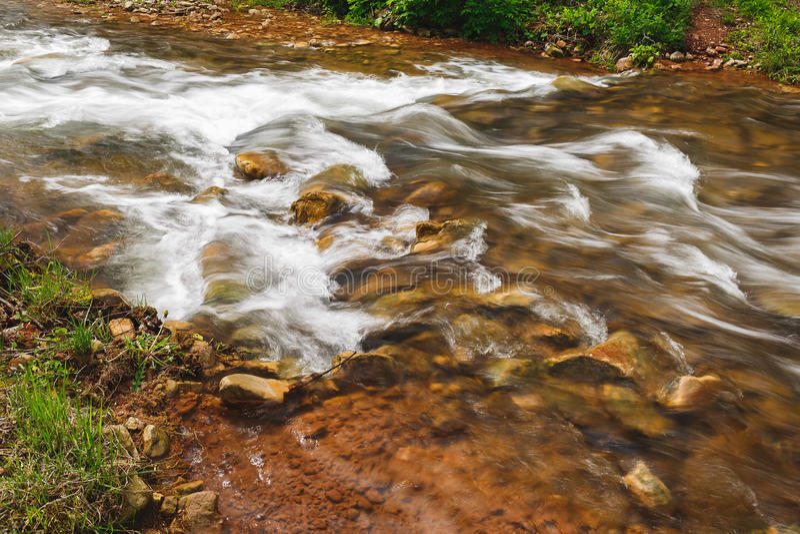 Szybka poruszająca woda rzeczna, zamyka up zdjęcie stock