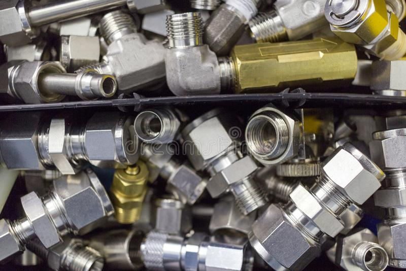 Szybki łączy trafnego połączenie dla ściśniętego powietrza, hydraulika, pneumatyka, gazy, tankuje kłamstwo w chaotycznym sposobie zdjęcia stock
