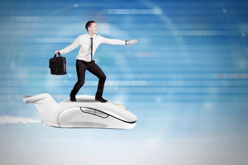 Szybki internet z biznesmena lataniem z komputerową myszą obrazy stock