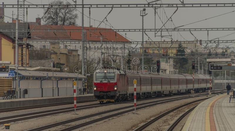 Szybki pociąg pasażerski z czerwonym nowoczesnym silnikiem elektrycznym na stacji Ilava obrazy royalty free