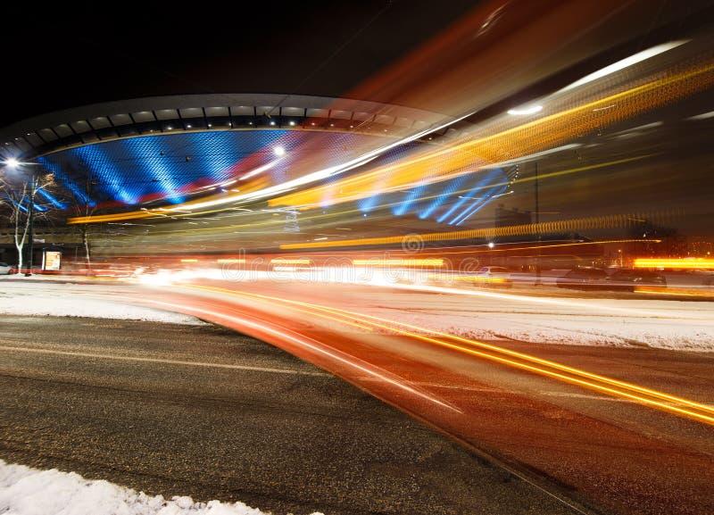 Szybki tramwaj przy nocą Zima zdjęcia royalty free