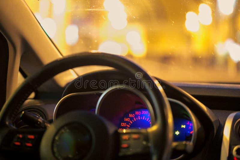 Szybkościomierz jarzy się w samochodzie przy nocą zdjęcie stock