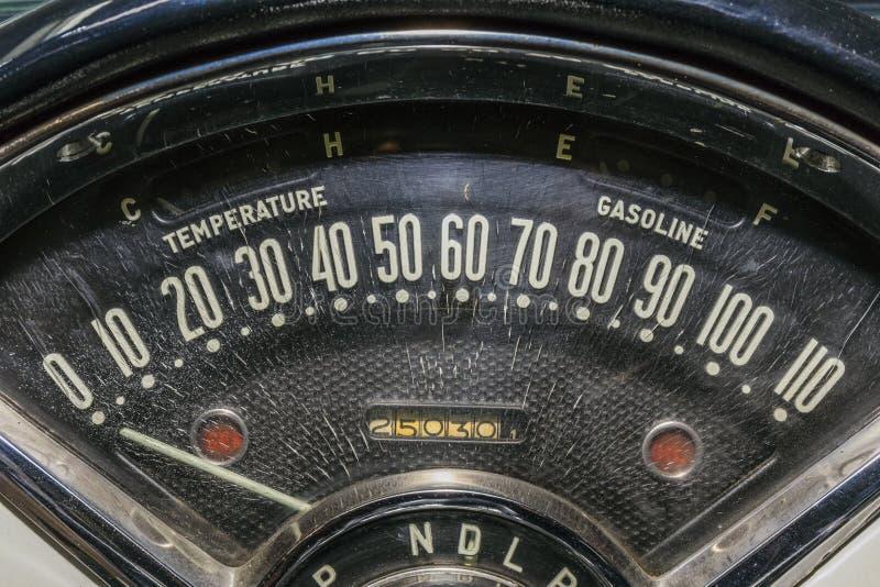 Szybkościomierza drogomierza stary samochód fotografia stock