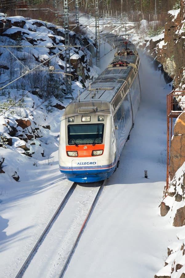 Szybkościowy elektrycznego pociągu ` allegro ` na trasy St Petersburg, Helsinki w pogodnym Luty dniu - zdjęcia royalty free