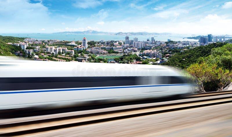 Szybkościowy pociąg przechodzi przez Xiamen zdjęcia stock