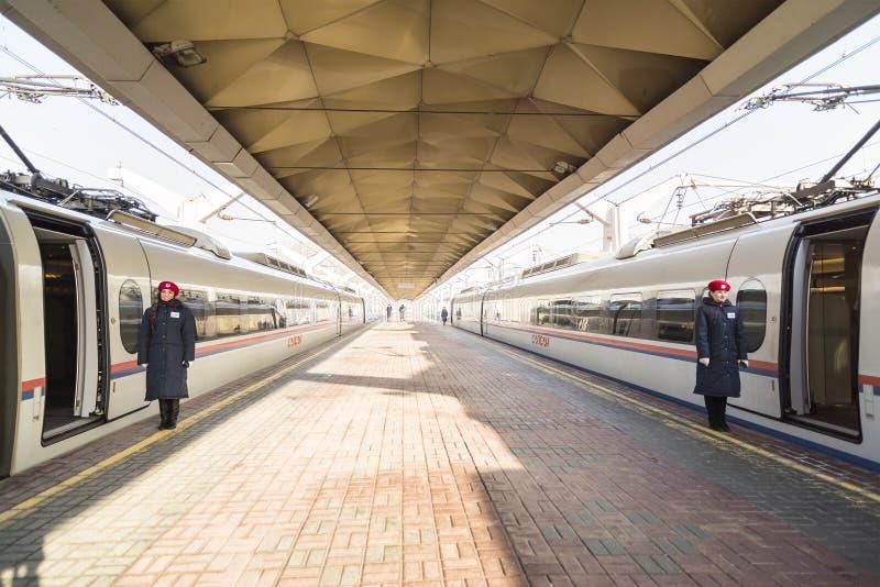 Szybkościowy pociąg Sapsan na platformie Leningrad stacja kolejowa obraz royalty free