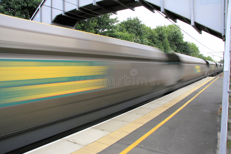 szybko jadący pociąg towarowy zdjęcie stock