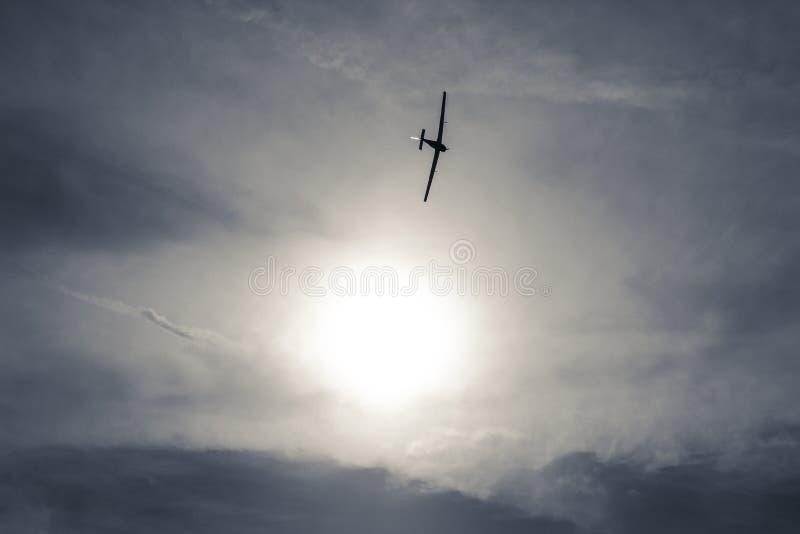 Szybowcowy latanie na jezioro zdjęcie royalty free