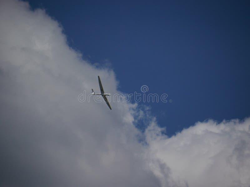 Szybowcowy latanie w niebieskim niebie z chmurami obraz royalty free