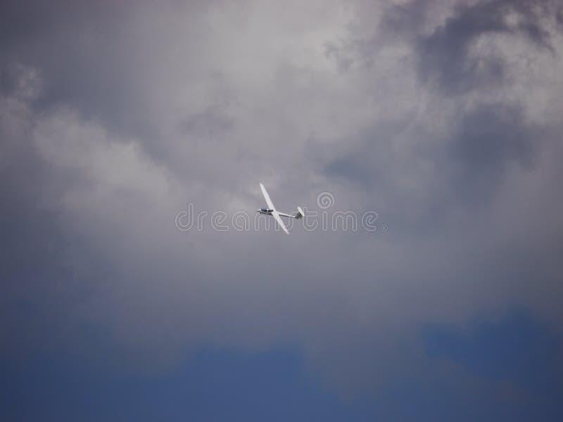 Szybowcowy latanie w niebieskim niebie z chmurami obrazy stock