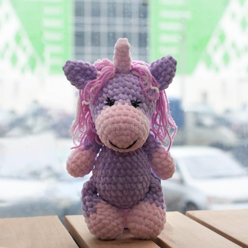 Szydełkująca amigurumi jednorożec Trykotowa handmade zabawka fotografia royalty free