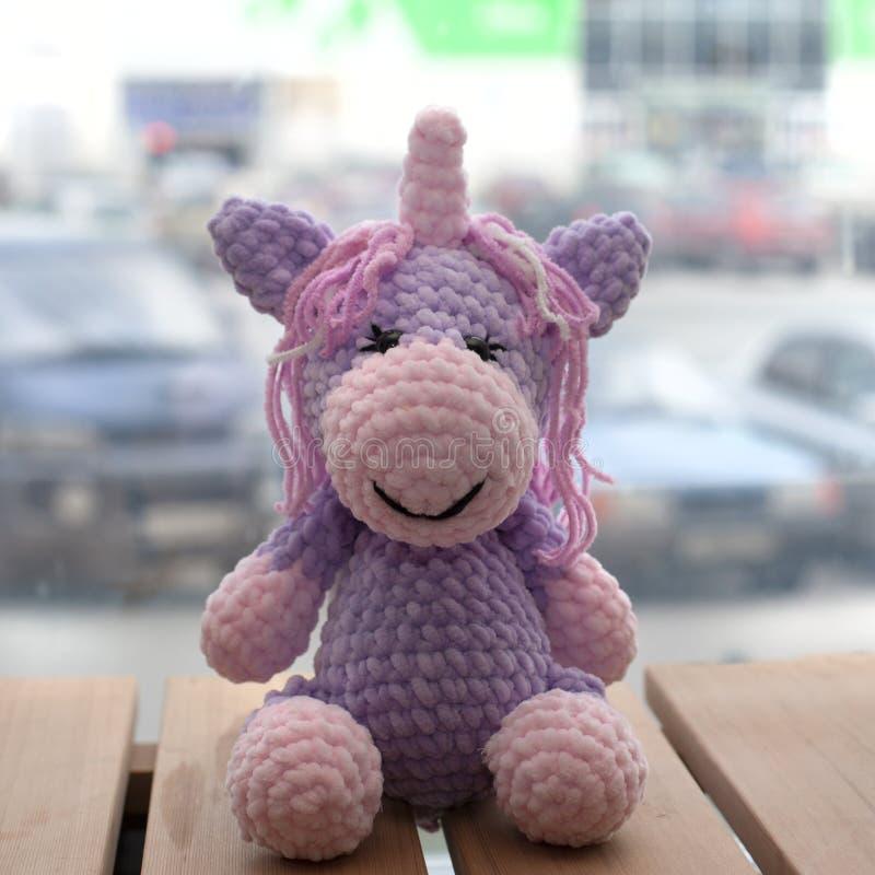 Szydełkująca amigurumi jednorożec Trykotowa handmade zabawka zdjęcia stock