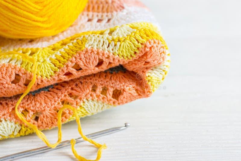 Szydełkujący handmade tło Trykotowa tkanina w jesień kolorach, zdjęcia royalty free