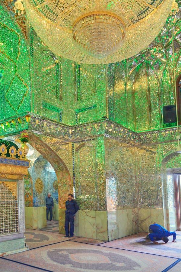 Szyici muzułmanie modlą się inside Meczetowego Sayyed Alaeddin Hossein, Shir obraz stock