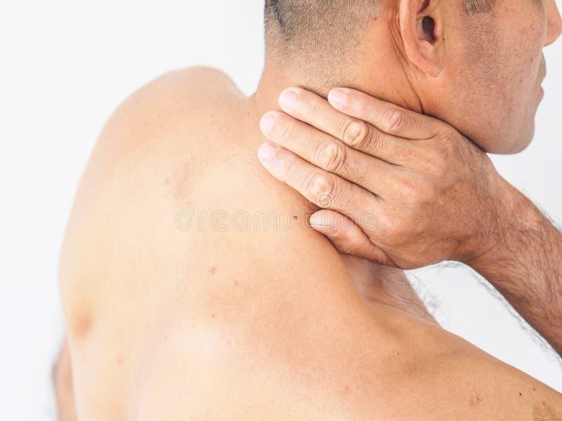szyja ból Mężczyzna z backache na białym backgroun obrazy royalty free