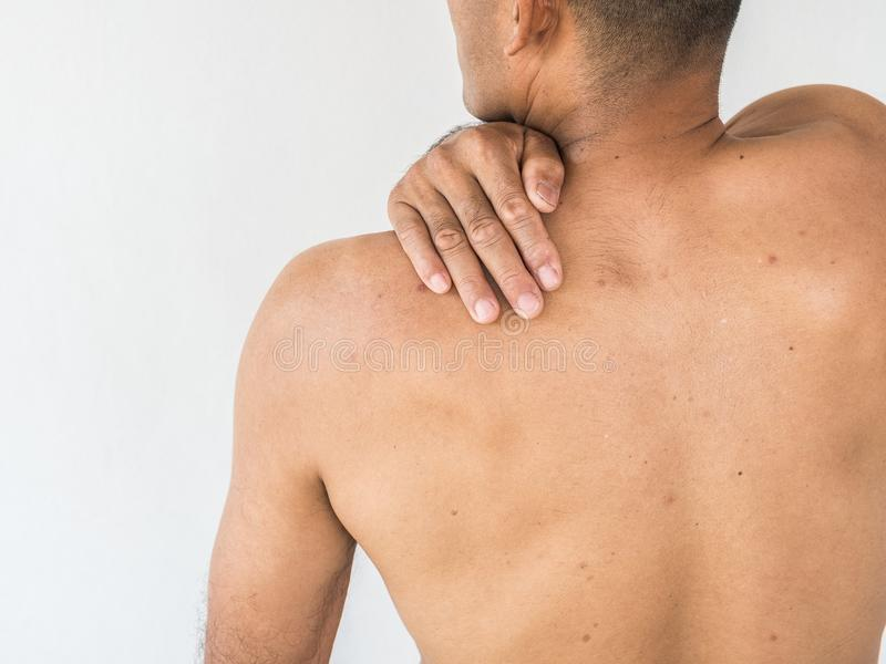 szyja ból Mężczyzna z backache na białym backgroun obrazy stock
