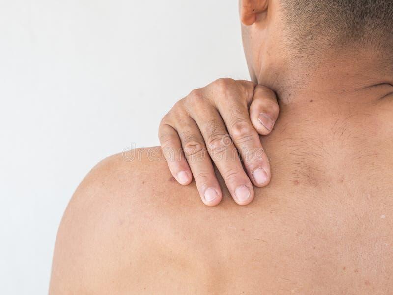 szyja ból Mężczyzna z backache na białym backgroun zdjęcie royalty free