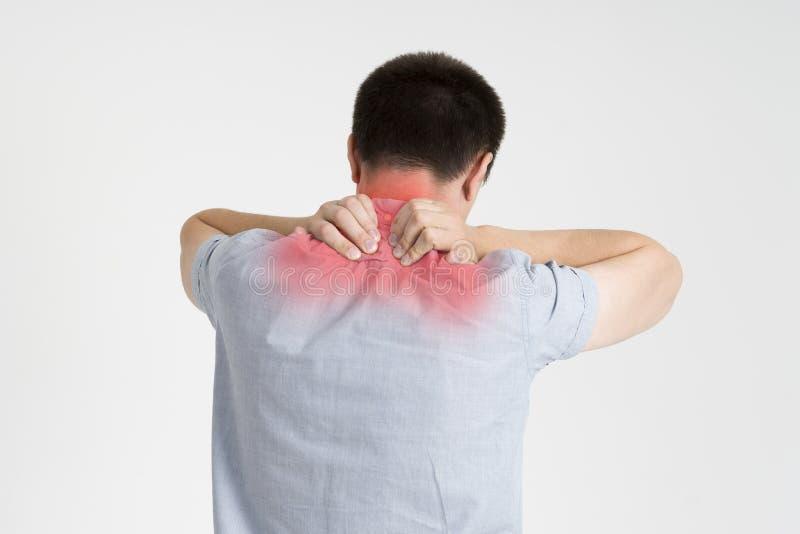Szyja ból, mężczyzna z backache na szarym tle obraz royalty free