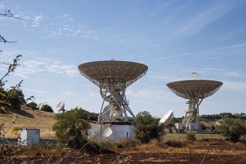 Szyk anteny satelitarne zdjęcia royalty free
