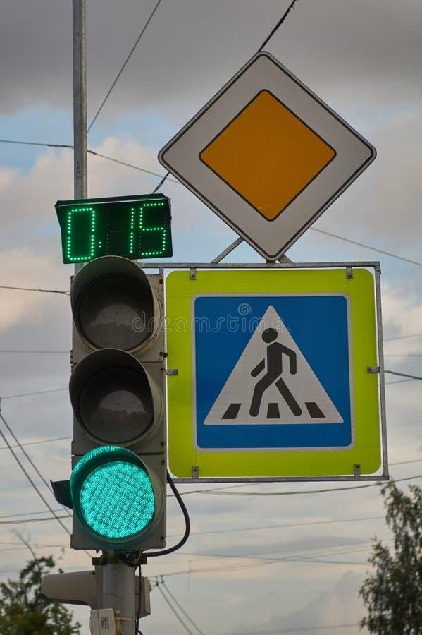 Szyldowa główna droga Zwyczajny skrzy?owanie znaka zielona sygnalizacja drogowa z zegarem fotografia royalty free