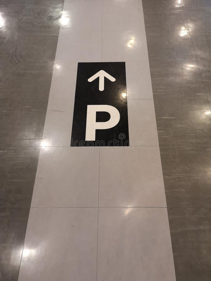 Szyldowego strzałkowatego symbolu bezpośredni korytarz iść parkować na podłodze fotografia stock