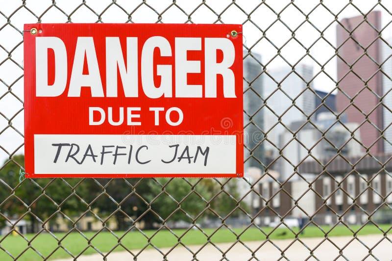 Szyldowy niebezpieczeństwo należny ruchu drogowego dżemu obwieszenie na ogrodzeniu obraz royalty free