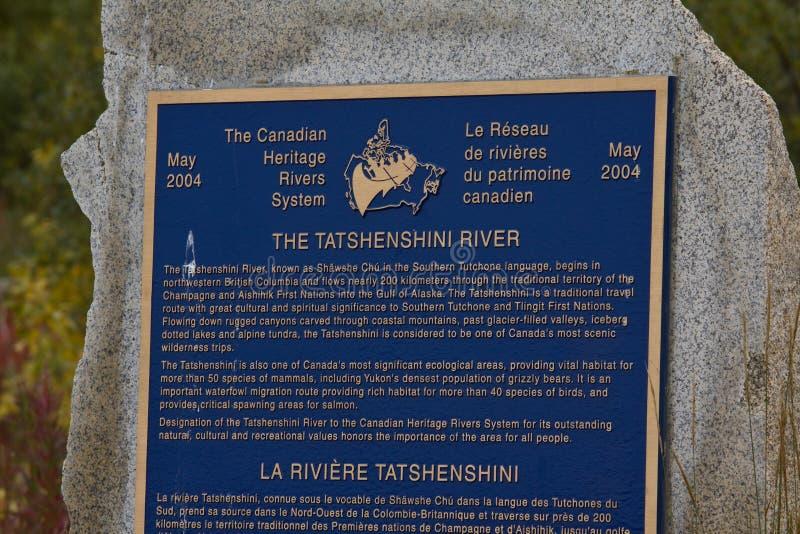Szyldowy oznajmiający Tatshenshini rzekę Kanadyjska dziedzictwo rzeka fotografia stock