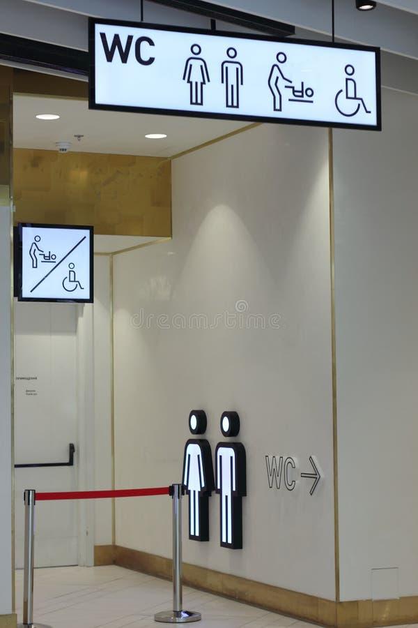 Szyldowy pointer toaleta dla ludzi z kalectwami i rodziców z niemowlakami obrazy royalty free
