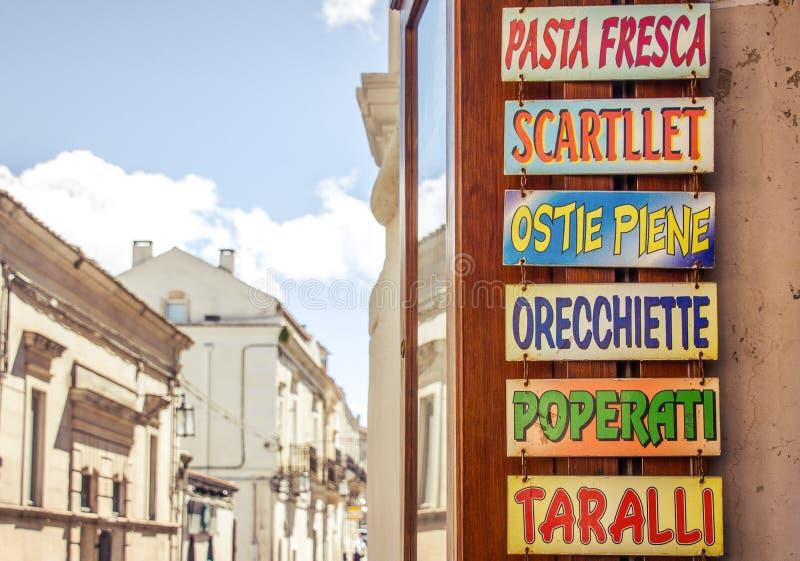 Download Szyldowy Wskazujący Typowy Puglia Jedzenie (Włochy) Obraz Stock - Obraz złożonej z pieprz, historyczny: 57668945