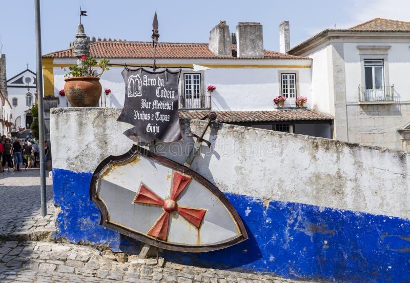 Szyldowy wskazywać bar w średniowiecznym miasteczku Obidos, Portugalia zdjęcie stock