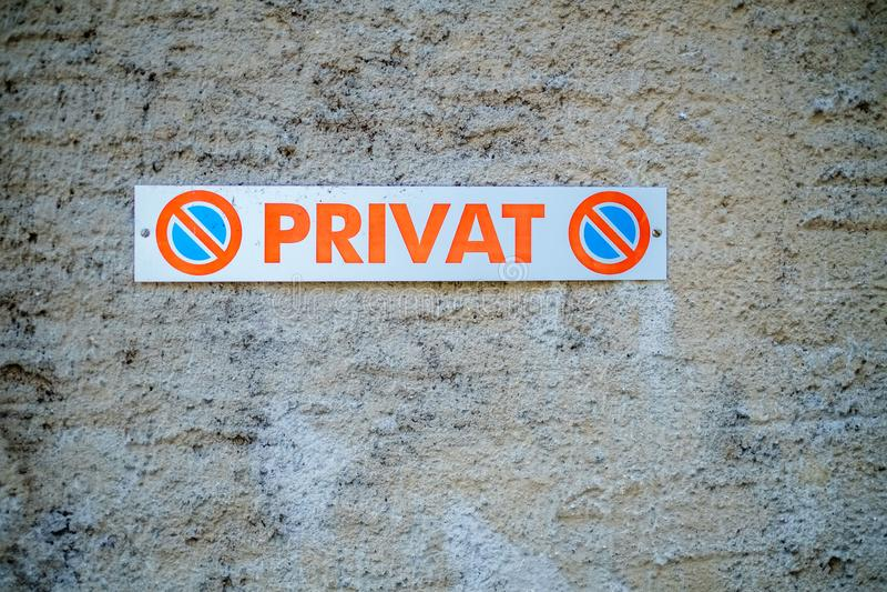 Szyldowy wskazywanie że to jest intymny miejsce do parkowania Szwajcaria obrazy stock
