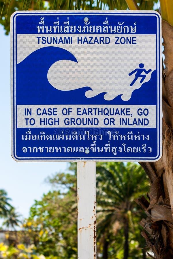 Szyldowy wskazywanie ewakuacyjna trasa w przypadku tsunami phi Thailand wyspy fotografia stock