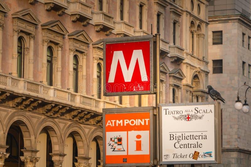 Szyldowy wskazywanie wejście stacja metru w Mediolan zdjęcie royalty free