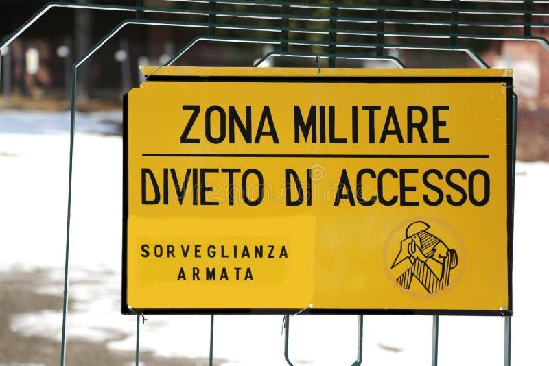 Szyldowy zakaz na zewnątrz militarnego terenu obraz stock