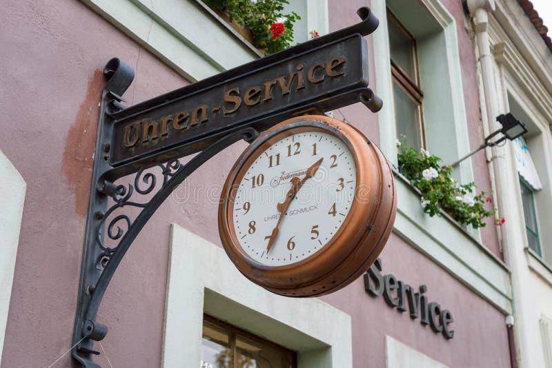 Szyldowy ` zegaru i zegarka napraw ` w dziejowej części miasto Alt Markt fotografia stock
