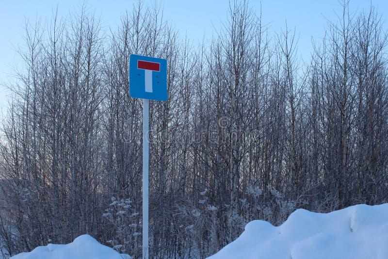 Szyldowy znak ostrzegawczy na poczta martwym konu droga w zimie w lesie zakrywającym z śniegiem fotografia stock