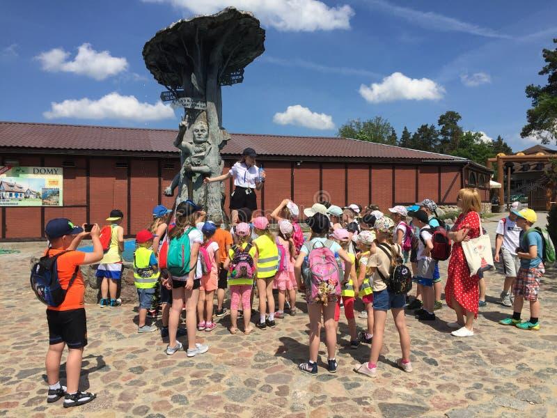 Szymbark Polen - skolbarn som besöker det lokala museet för öppen luft arkivfoto