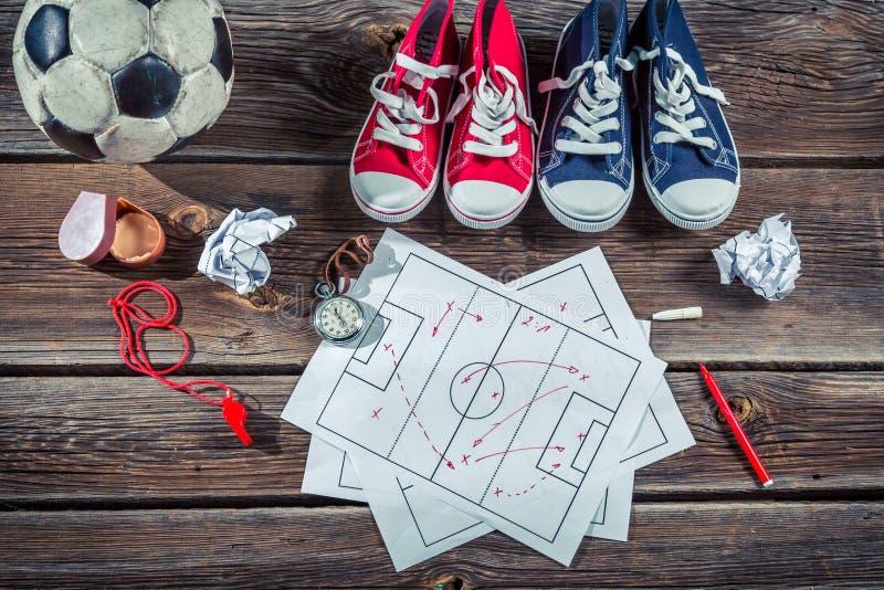Táctica de la formación del fútbol en el escritorio de la escuela fotografía de archivo libre de regalías