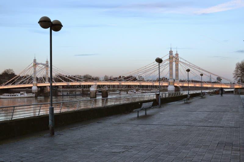 Támesis trayectoria y Albert Bridge London fotos de archivo libres de regalías