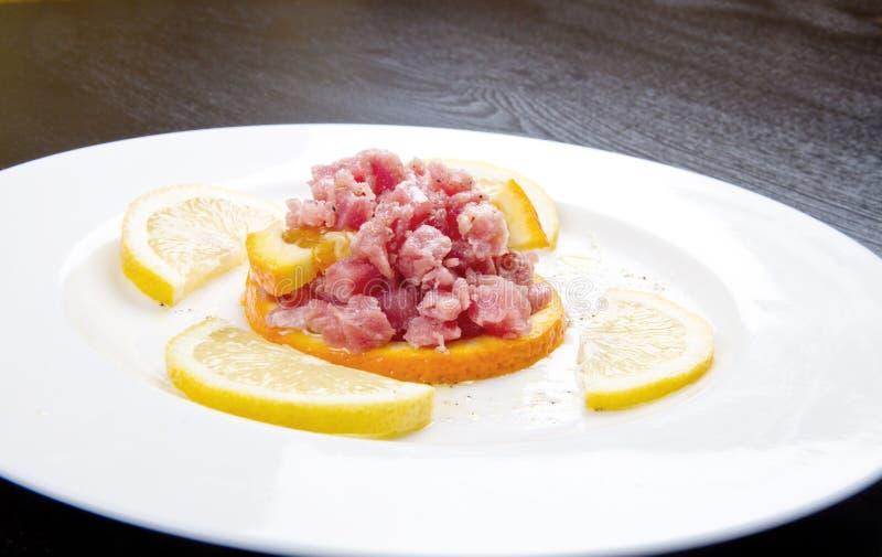Tártaro do atum com fatia fresca da salada e do limão fotografia de stock