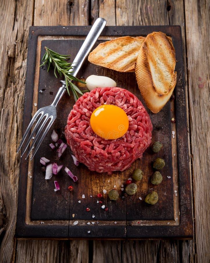 Tártaro fresco da carne com ovo foto de stock royalty free