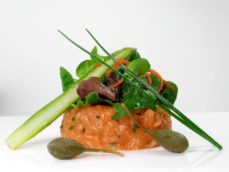 Tártaro Salmon com salada, espargos verdes e alcaparras imagens de stock